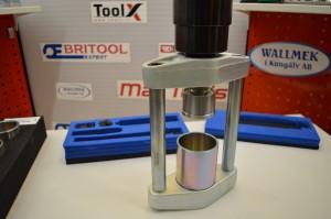 Esimerkki työkalujen käytöstä prässi adapterin 1090-60 kanssa. Sarjassa on kierre adapteri jolla sovitetaan kaksipuoleset painin holkit sylinteriin.